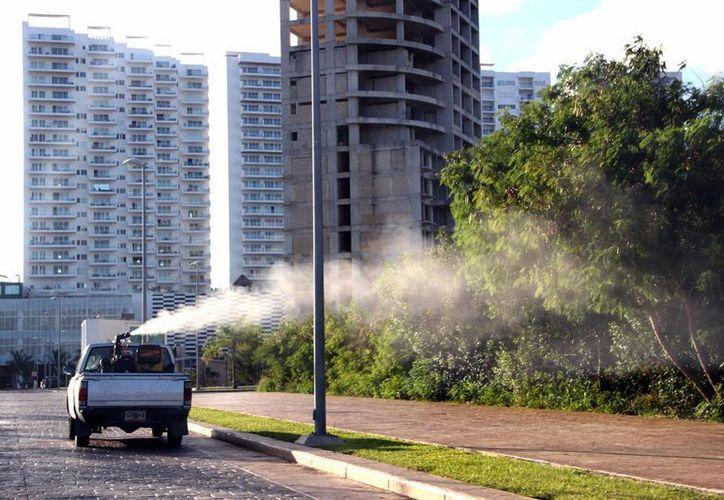 Personal de la Secretaría de Salud realiza una campaña de nebulización en varias zonas del municipio de Benito Juárez. (Tomás Álvarez/SIPSE)