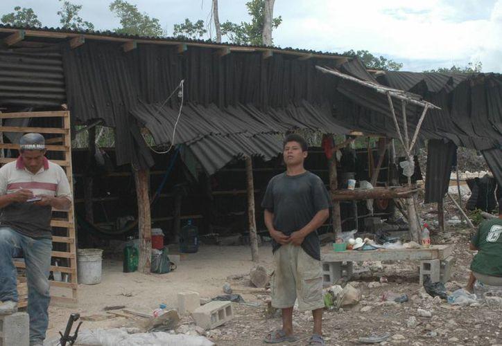 Los constructores que no son de la localidad en su gran mayoría vienen de Chiapas. (Rossy López/SIPSE)