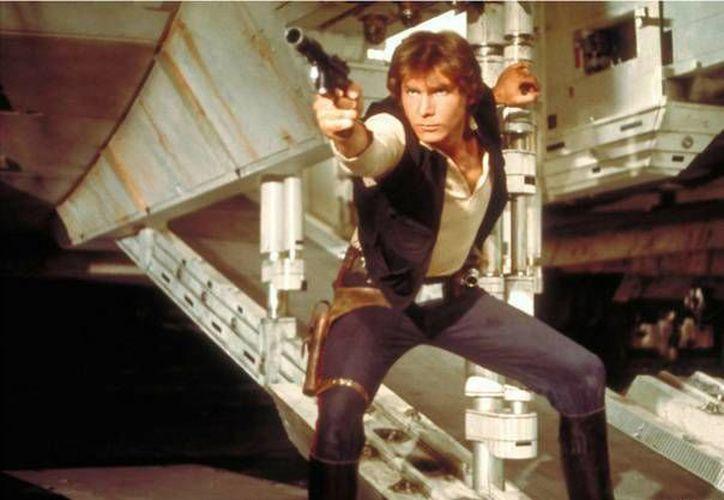 La historia se centra en cómo el joven Han Solo se convirtió en el contrabandista, ladrón y bribón que Luke Skywalker y Obi-Wan Kenobi conocieron por primera vez en una cantina en Mos Eisley. En la foto; Han solo en una de las escenas de la trilogía Star Wars. (Sipse)