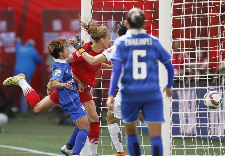 Lena Petermann (19) anota en el triunfo de Alemania sobre Tailandia por 4-0 en el Mundial femenil que se juega en Canadá. (Notimex)