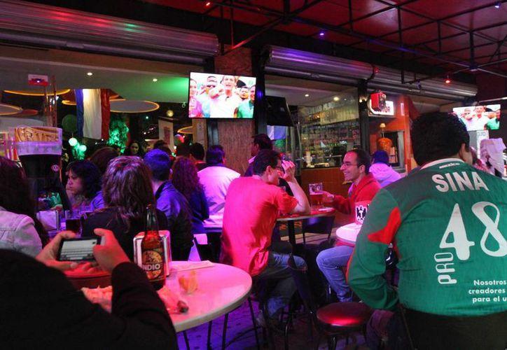 El aumento esperado en las ganancias usuales de restaurantes y bares durante el juego de México es de 900 mdp. (Notimex/Foto de contexto)