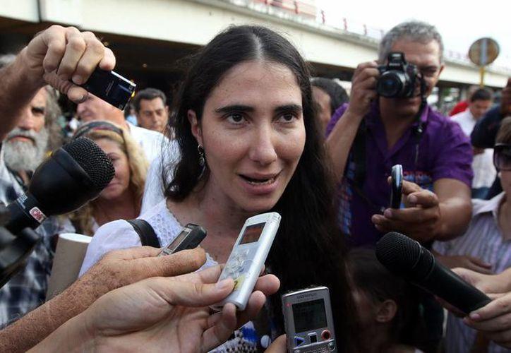 Yoani Sánchez habla con la prensa a su llegada a La Habana luego de una gira de más de 100 días por varios países de Europa y América. (EFE)