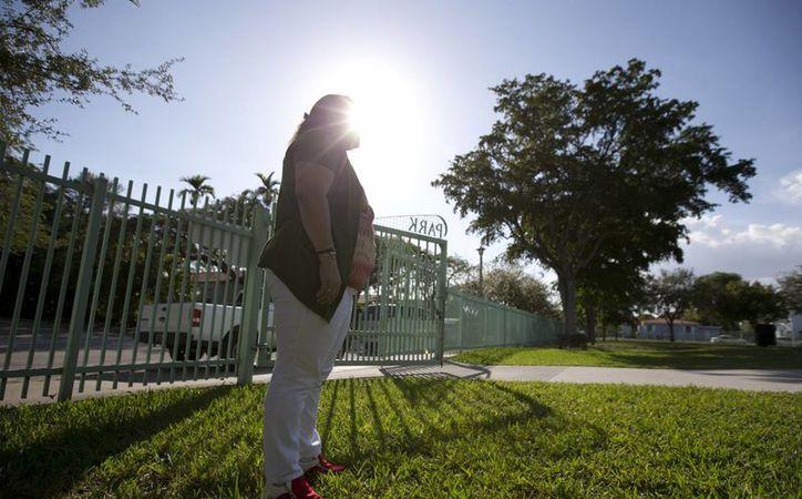 Imagen de Reyna, quien pidió no usar su apellido por temor a ser detenida, posa para una fotografía en Miami. Temerosos de que sean deportados, inmigrantes en Miami solo dejan sus casas para lo más necesario. (AP/Wilfredo Lee)