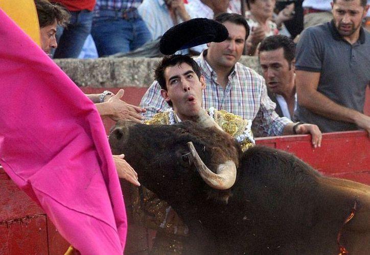 Una cornada, durante un festejo este domingo, en Salamanca, volvió a poner en peligro la vida del matador Saúl Jiménez Fortes. (EFE)