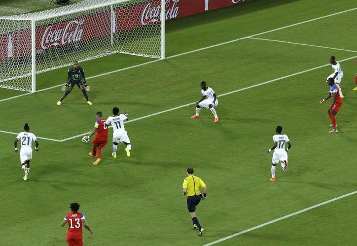 Clint Dempsey (i) se escabulló entre varios ghaneses para poder anotar un gol muy rápido. El más rápido de este Mundial. El marcador ya no se movió. (Foto: AP)