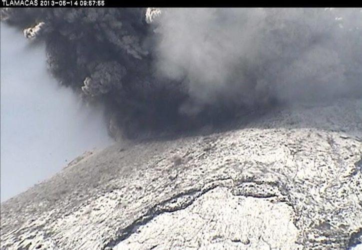 Don Goyo lanzó grandes fragmentos de roca incandescente hasta a kilómetro y medio del cráter. (Agencias)