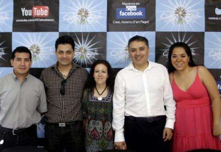 El padre Cristian Uicab, Enrique Vázquez, Cristal Domínguez, Pedro González y Raquel Fernández. (Cristian Ayala / SIPSE)