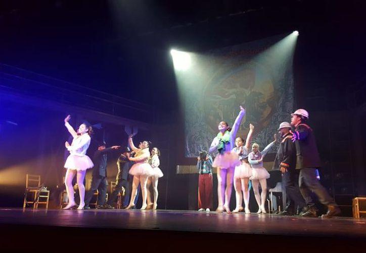 Con 29 números musicales, Billy Elliot deja un recuerdo y una enseñanza inolvidable a los cancunenses. (Joselyn Díaz/ SIPSE)