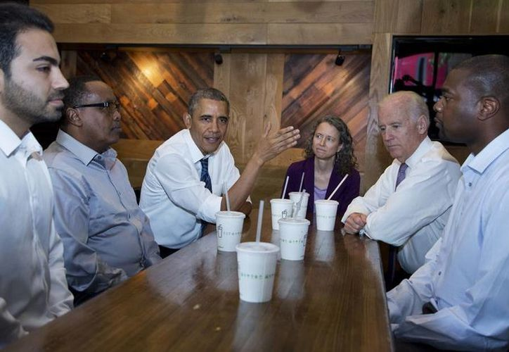 Barack Obama y el vicepresidente de EU, Joseph Biden, se reunieron con trabajadores locales, en un restaurante de la cadena Shake Shack en Washington, DC, Estados Unidos. (EFE)