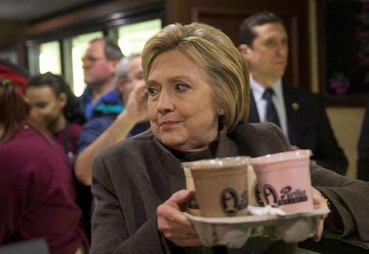 Hillary Clinton medirá fuerzas con Bernie Sanders este martes en las primarias de New Hampshire rumbo a la nominación demócrata por la Presidencia de EU. (AP)