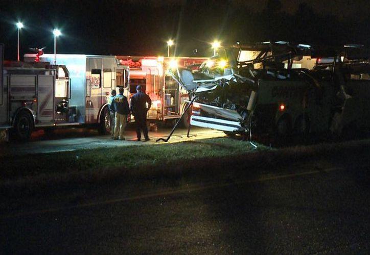 Así quedó el autobús en el que viajaban los inmigrantes, tras chocar contra el pilar de un puente a desnivel en la autopista interestatal 40, en las afueras de Little Rock, Arkansas, el 6 de noviembre de 2015. (Foto cortesía de televisora KTHV vía AP)