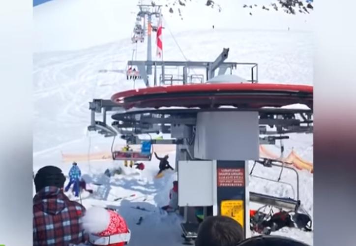 La máquina aventó a los turistas por los aires y dejó un saldo de al menos ocho heridos. (Foto: Captura/Video)