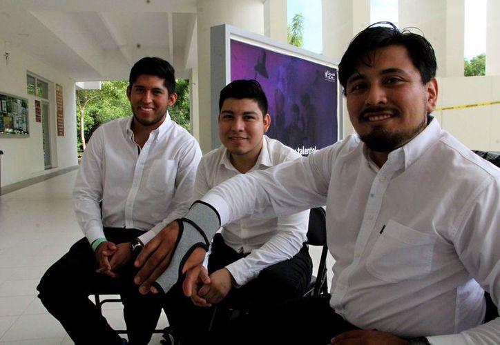 Los estudiantes de Ingeniería Telemática de la Universidad del Caribe, desarrollaron el dispositivo. (Paola Chiomante/SIPSE)