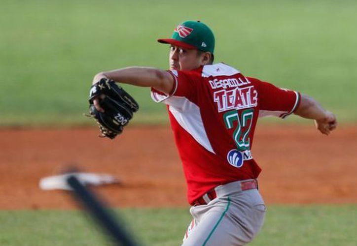 Juan Delgadillo, abridor de México, lanza en el primer inning del juego contra Puerto Rico en la Serie del Caribe, en Porlamar, Venezuela. (Agencias)