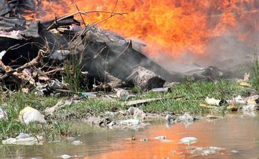 Aspectos de la sofocación del fuego que se registró la tarde de ayer en Majahual. (Redacción/SIPSE)