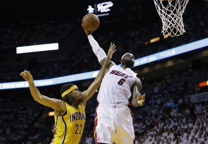Le Bron James fue una vez más uno de los mejores jugadores de Heat, al anotar 25 puntos al igual que Chris Bosh. (Foto: AP)