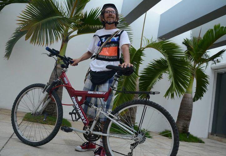 Jesús Eduardo Vélez Mejía es un colombiano que llegó con la intención de recorrer todo Quintana Roo. (Victoria González/SIPSE)