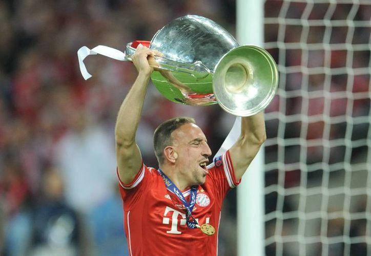 Tras varios años de sequía internacional, Ribery por fin pudo levantar la 'Orejona'. (EFE)