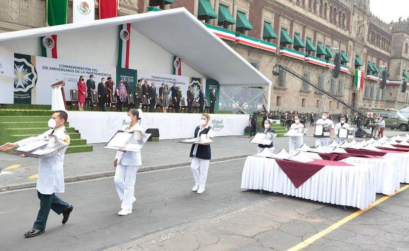 El presidente Andrés Manuel López Obrador encabezó la ceremonia del desfile y entrega de condecoraciones. (El Universal)