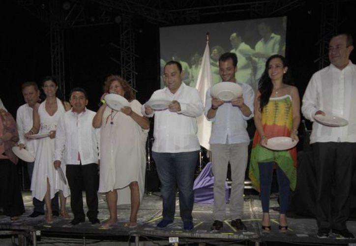 Autoridades y organizadores durante la inauguración de la muestra gastronómica. (Cortesía/SIPSE)