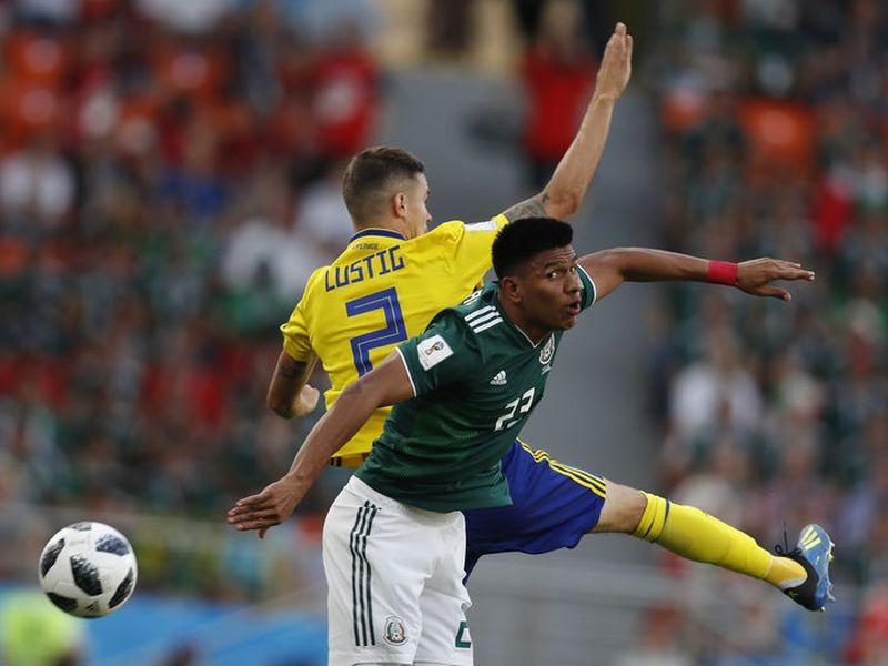 Una falta de Gallardo hizo que se ganara en el primer minuto la primera amarilla del México vs Suecia (Foto: AP)