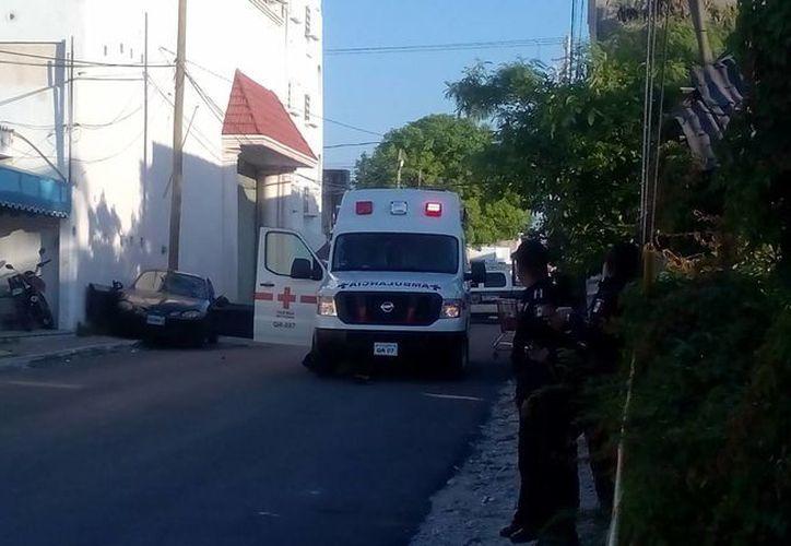 El vehículo chocó con un poste y la barda de un domicilio. (Redacción/SIPSE)