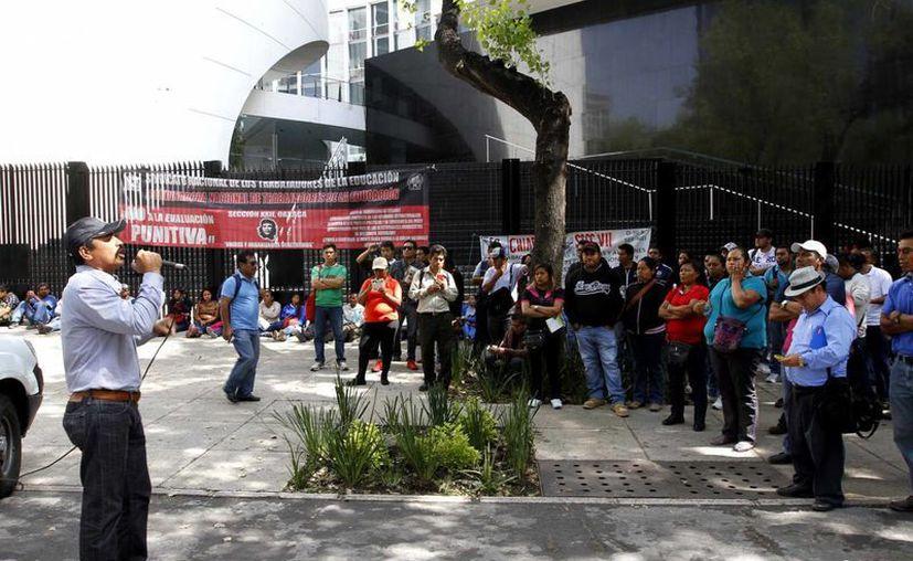 Integrantes de la Coordinadora Nacional de Trabajadores de la Educación (CNTE) se manifiestan en las inmediaciones del Senado de la República en la Ciudad de México hace unos meses. Los maestros disidentes acordaron boicotear el inicio del ciclo escolar 2015-2016. (Archivo/SIPSE)