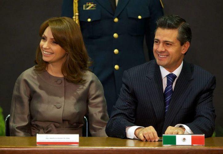 El Mandatario estuvo acompañado por su esposa Angélica Rivera en el salón Adolfo López Mateos de la residencia oficial de Los Pinos. (Notimex)