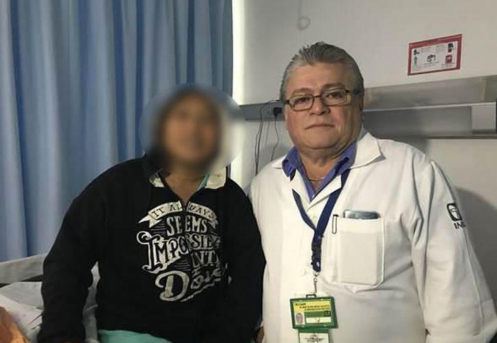 José y uno de los médicos que participó en la operación realizada con una novedosa técnica para extirpar el tumor por completo (Foto: Milenio Novedades)