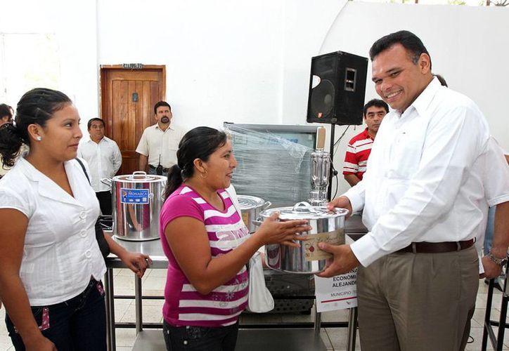El Gobernador entregó los apoyos en Tizimín y Motul. (Milenio Novedades)