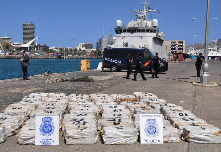 La Policía española vigila decenas de bolsas llenas con cocaína incautadas en el puerto de Las Palmas de Gran Canaria, España. (Agencias)