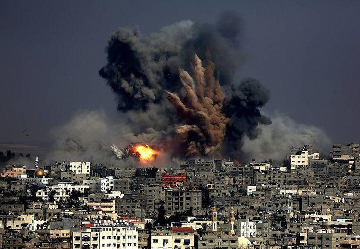 Fotografía de una explosión durante un ataque aéreo israelí ayer, en el barrio Tuffah al este de la ciudad de Gaza. (EFE)