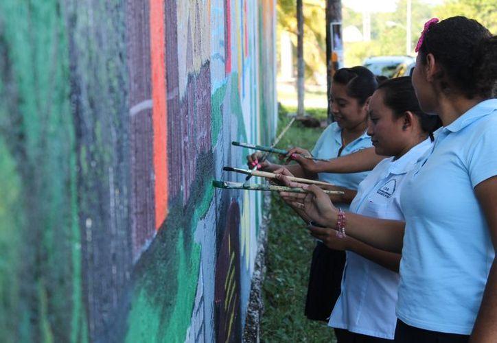 La pared ahora luce la representación de los alumnos del quinto grado sobre el fin del mundo. (Juan Carlos Gómez/SIPSE)