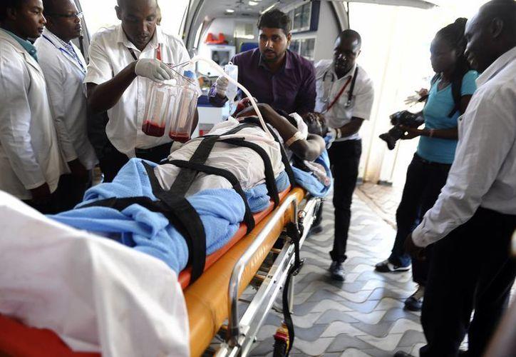 Un hombre que resultó herido en el ataque a la universidad de Garissa, es atendido en el hospital de Nairobi, Kenia. El saldo fue de 147 muertos y decenas de heridos. (Foto: AP)