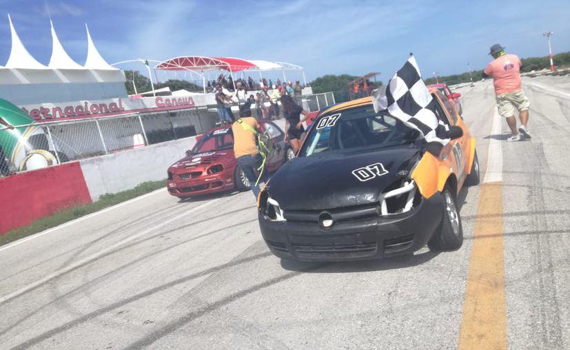 Este domingo se realizó la sexta fecha del Campeonato Peninsular de Automovilismo en el autódromo de Cancún. (Raúl Caballero/SIPSE)