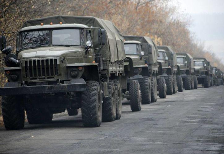La presencia de vehículos militares podría aumentar las tensiones entre Rusia y Ucrania. (AP)