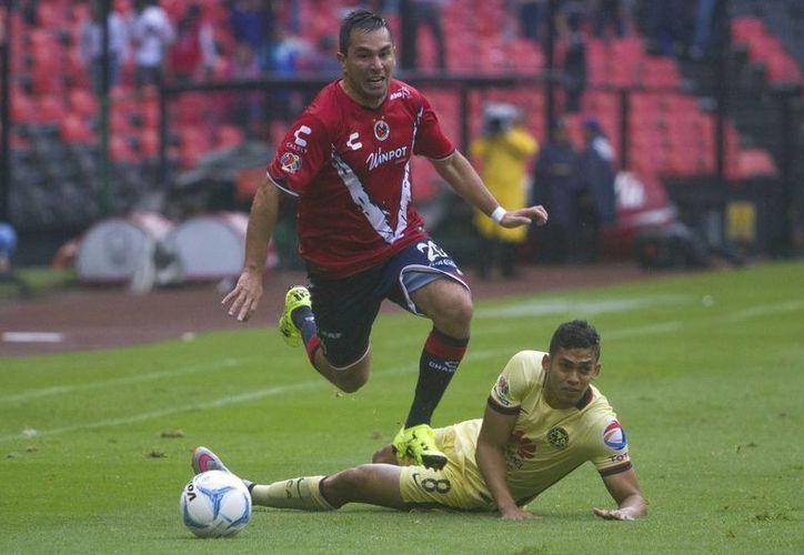Con dos goles del colombiano Andrés Andrade (tirado en el pasto), América venció 3-1 a Tiburones Rojos de Veracruz. (Notimex)