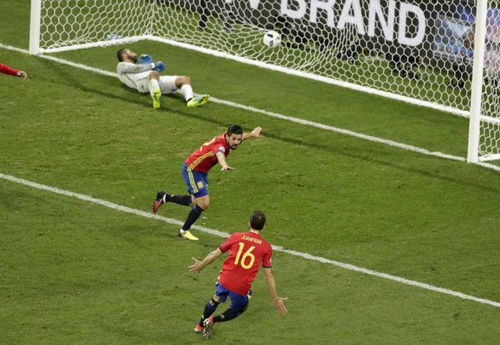 Nolito (c) recibió un balón rechazado por aire por un defensa rival y anotó a disparo cruzado el segundo gol por España poco antes del fin del primer tiempo ante Turquía en la Eurocopa. (AP)