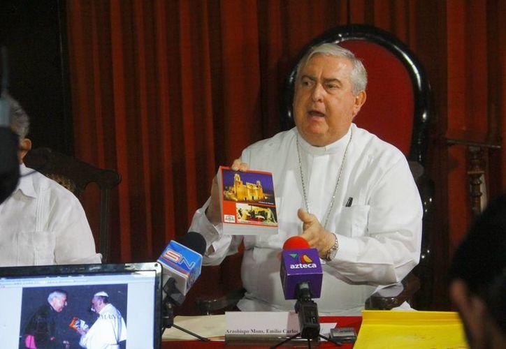 El Arzobispo de Yucatán obsequió al Papa Francisco un libro que contiene a sus homilías. (Milenio Novedades)
