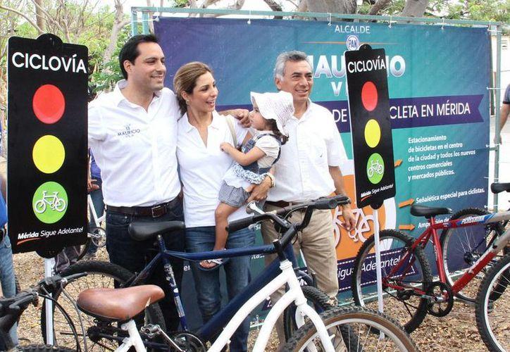 Mauricio Vila (primero de la izq.) se comprometió a construir una ciclovía sobre la calle 60 norte, desde Circuito Colonias hasta lo que eran las bodegas de Cordemex, en carretera a Progreso. (Milenio Novedades)