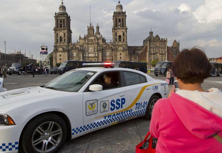 Algunos de los vehículos nuevos de la policía capitalina permanecerán unos días en el Zócalo para que la gente los conozca. (Notimex)