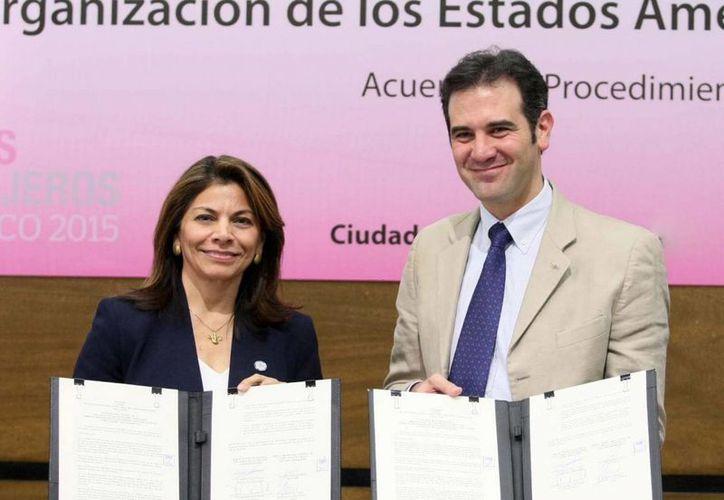La expresidenta de Costa Rica, Laura Chinchilla, encabeza la misión de observadores electorales de la OEA para este 7 de junio en México. En la imagen, con el titular del INE, Lorenzo Córdova, en la firma de un acuerdo. (Archivo/Notimex)