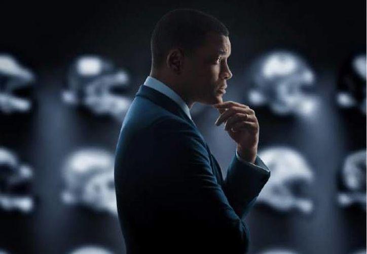 La película 'Concussion', protagonizada por el actor Will Smith, narra la vida el patólogo forense Bennet Omalu quien reveló los fatales efectos que las lesiones cerebrales dejan en los jugadores de la NFL. (AP)
