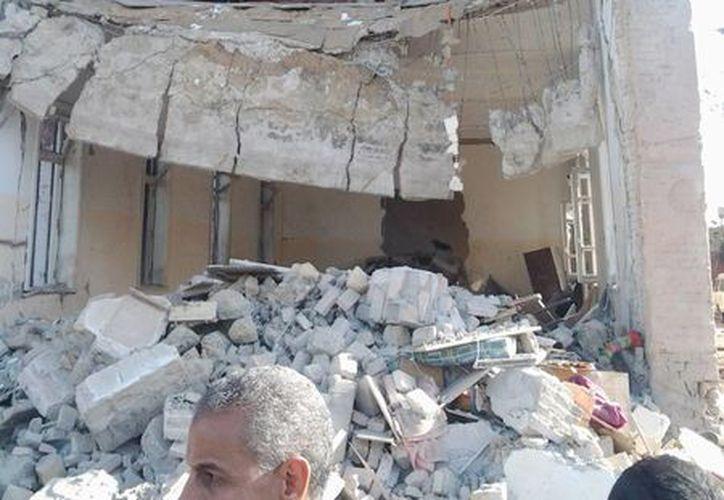 La explosión del coche bomba provocó el derrumbe del edificio de la Inteligencia egipcia. (EFE)