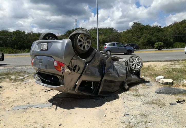 Un neumático se ponchó, lo que dio pie a la volcadura; la conductora fue atendida por paramédicos. (Foto: Redacción/SIPSE)