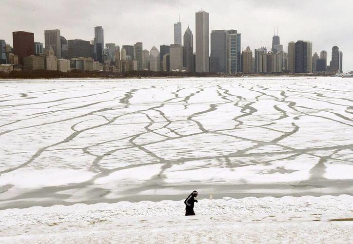 En Chicago, un hombre trota frente al lago Michigan. (Foto: AP)