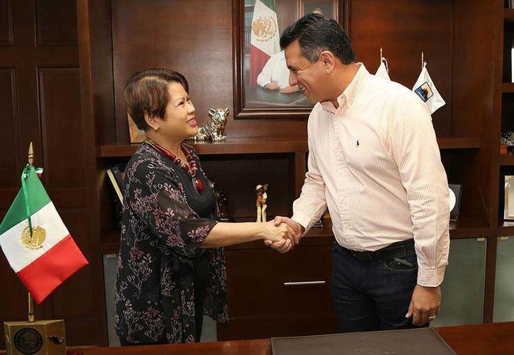María Victoria V. Jasmin y el alcalde de la isla. (Cortesía/SIPSE)