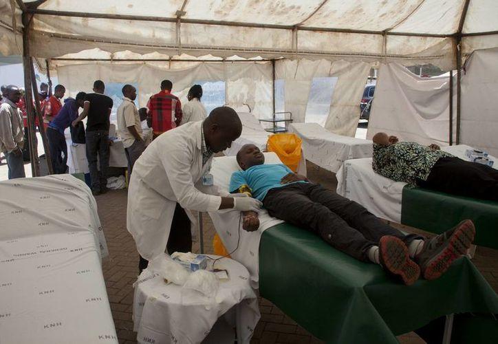 Jovenes  se disponen a donar sangre tras la estampida que dejó un muerto y 140 heridos en una universidad de Kenya. (Foto: AP)
