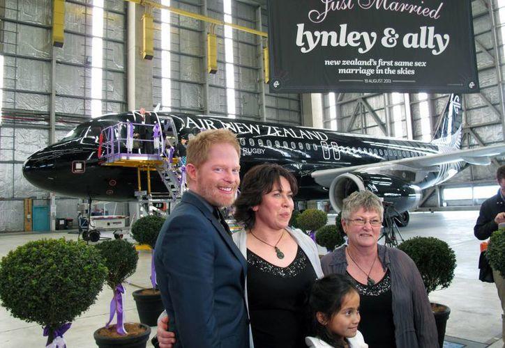 Jesse Tyler junto a las recién casadas Lynley Bendall (c), Ally Wanikau y Maycee, hija adoptiva de la pareja. (Agencias)