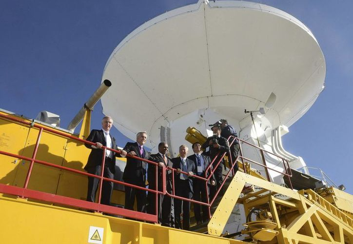 El mandatario chileno Sebastián Piñera (2 i), durante su visita al conjunto de antenas radiotelescópicas instaladas en el altiplano Llano de Chajnantor. (EFE)